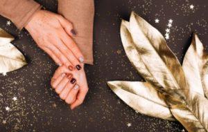 χρυσά-καφέ-καραμελέ νύχια