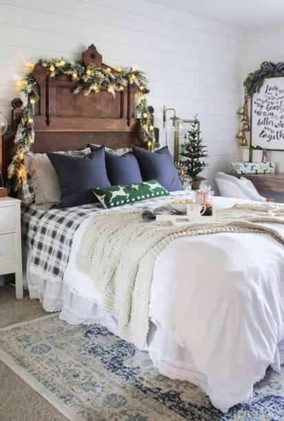 γιρλάντα χριστουγεννιάτικη γύρω από κεφαλάρι κρεβατιού χριστουγεννιάτικη διακόσμηση υπνοδωμάτιο