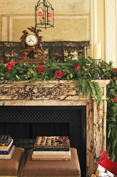 γιρλάντα με κόκκινα τριαντάφυλλα πάνω στο τζάκι χριστουγεννιάτικος στολισμός