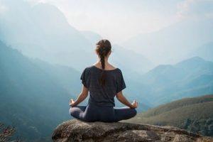 γυναίκα διαλογισμός φύση με θέα βουνά