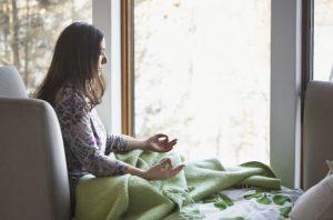 γυναίκα διαλογισμός καναπές πράσινη κουβέρτα