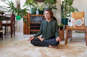 γυναίκα διαλογισμός στο σπίτι σαλόνι φυτά