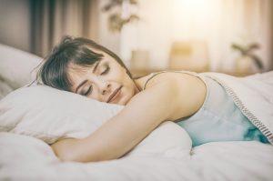 γυναίκα κοιμάται μαξιλάρι κρεβάτι
