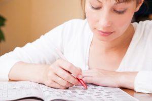γυναίκα λύνει σταυρόλεξο βελτιώσεις μνήμη