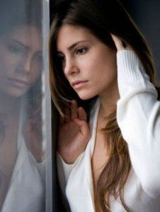 γυναίκα παράθυρο απλανές βλέμμα