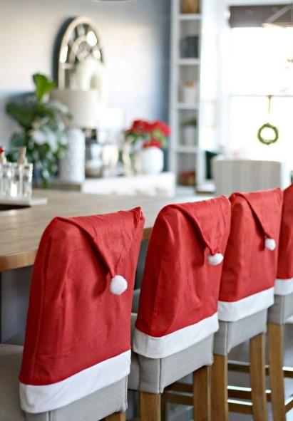 καρέκλες με σκουφάκια αι βασίλη Χριστούγεννα κουζίνα