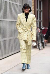 κίτρινο καρό κοστούμι γαλάζιο μποτάκι trends Χειμώνα