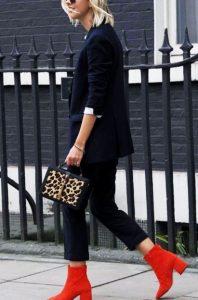 κόκκινα μποτάκια μαύρα ρούχα παντελόνι γραφείου μποτάκι