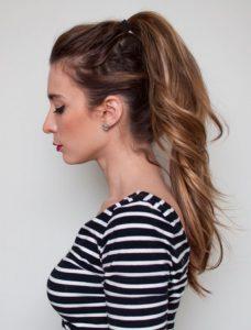 κοπέλα διπλή αλογοουρά καστανά μαλλιά