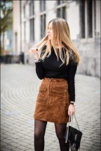 γυναίκα με μίνι φούστα κοτλέ