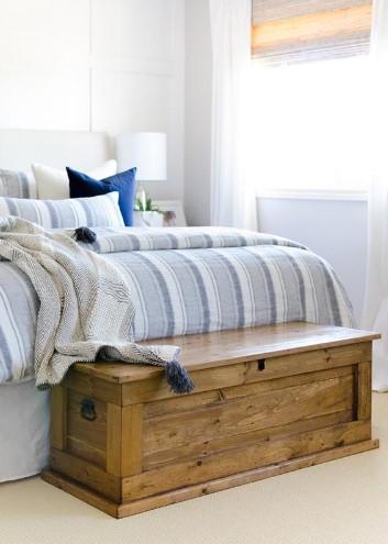 ξύλινο μπαούλο μπροστά από κρεβάτι κλασική κρεβατοκάμαρα