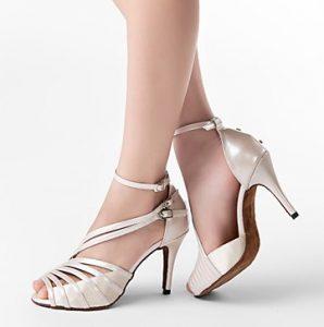 λάτιν παπούτσι με αγκράφα