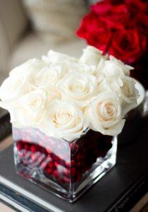 λευκά τριαντάφυλλα ανθοδέσμη με γκι