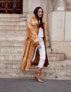 λευκό outfit, καφέ ανοιχτή γούνα