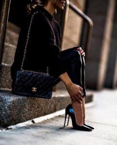 μαύρη μυτερή γόβα μαύρα ρούχα χειμωνιάτικα παπούτσια