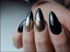 Μαύρο χρυσό μανικιούρ