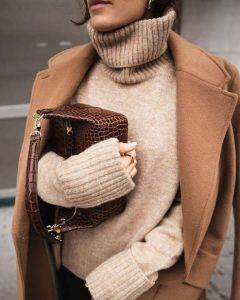 μπεζ παλτό μπεζ πλεκτό πουλόβερ χρώματα χειμώνα