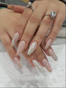 ροζ νύχια με γκλίτερ