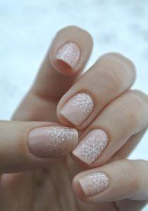 nude διακριτικά νύχια με νιφάδες χιονιού
