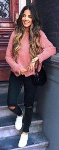 πλεκτό ροζ πουλόβερ μαύρο jean άσπρα sneakers