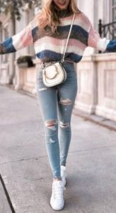 ριγέ άσπρο ροζ μπλε μάλλινη μπλούζα jean άσπρα sneakers και άσπρη τσάντα