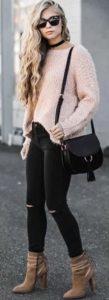 ροζ μάλλινη μπλούζα μαύρο jean μποτάκι μαύρη τσάντα