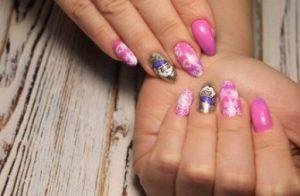 ροζ νύχια με Άγιο Βασίλη