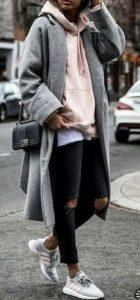 ροζ πουλόβερ μαύρο jean μακρύ παλτό sneakers