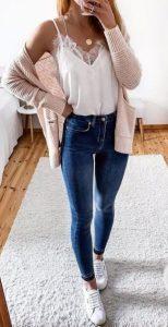 ροζ ζακέτα λευκό καμισόλ μπλουζάκι jean και άσπρα sneakers