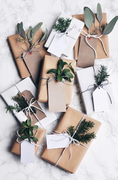 συσκευασία δώρου με φυτά κλαδάκια χριστουγεννιάτικο στολισμό