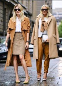 γυναίκες με καμηλό και ταμπά πανωφόρια