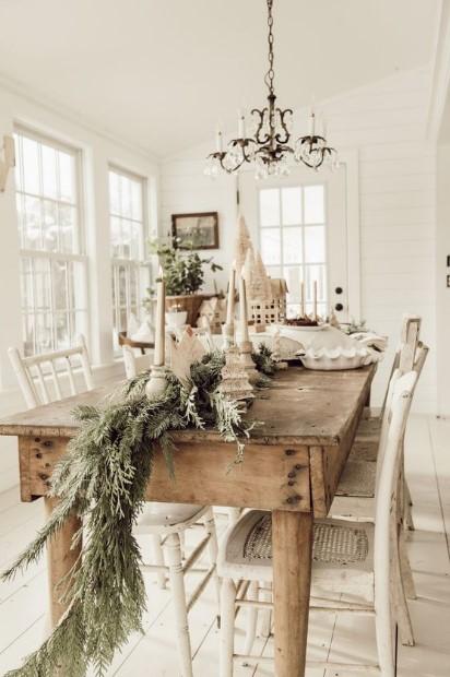 τραπέζι διακοσμημένο με κλαδιά ρουστίκ