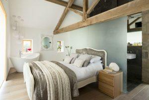 υπνοδωμάτιο κρεβάτι μπανιέρα ξύλινες λεπτομέρειες