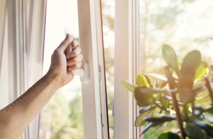χέρι ανοίγει παράθυρο
