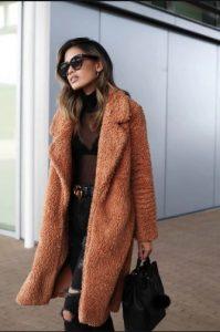 γυναίκα με καφέ παλτό αρκουδάκι