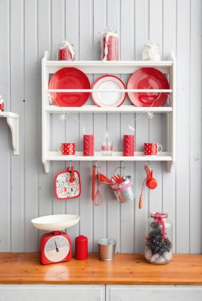 χριστουγεννιάτικα πιάτα κόκκινα ράφι Χριστούγεννα κουζίνα