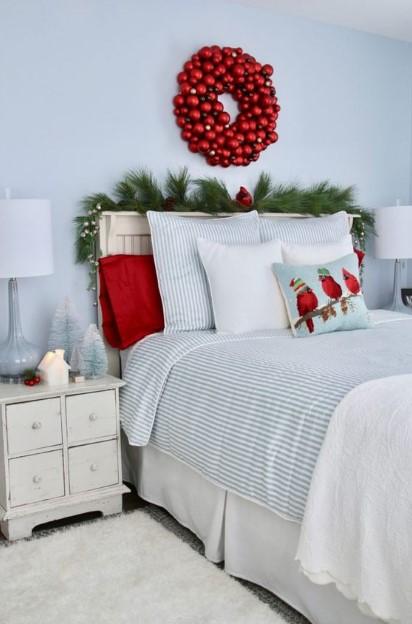 κόκκινο χριστουγεννιάτικο στεφάνι πάνω από το κρεβάτι