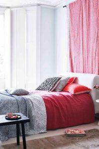 υπνοδωμάτιο κρεβάτι κόκκινες λεπτομέρειες