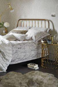 υπνοδωμάτιο κρεβάτι χρυσό κομοδίνο