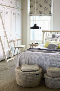 υπνοδωμάτιο κρεβάτι παράθυρο λευκή ντουλάπα