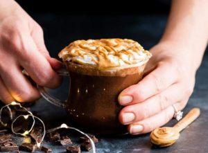 ζεστή σοκολάτα με φυστικοβούτυρο