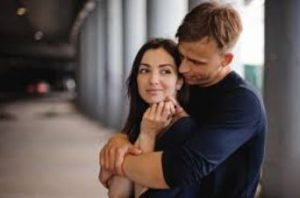 ζευγάρι άντρας αγκαλιάζει γυναίκα
