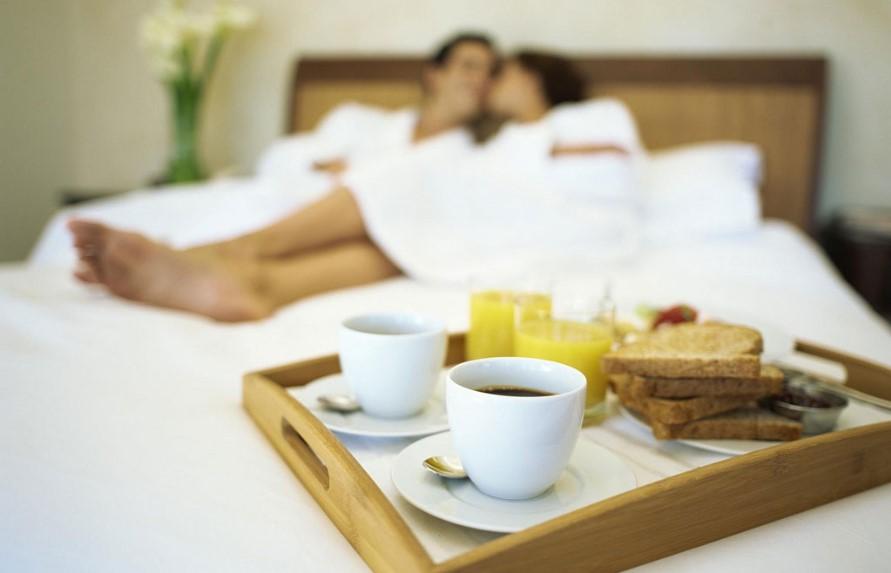 ζευγάρι πρωινό στο κρεβάτι έρωτας