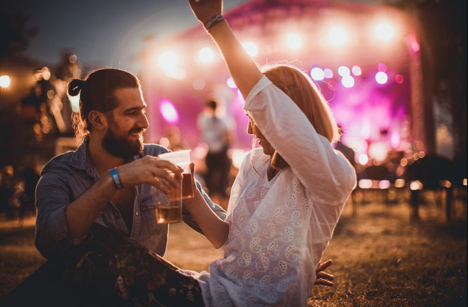 ερωτευμένο ζευγάρι σε συναυλία