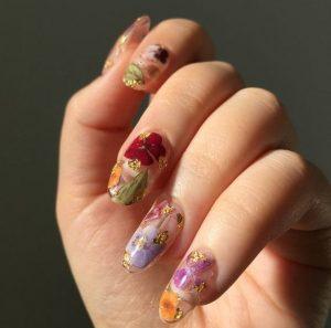 αφηρημένα φλοράλ σχέδια στα νύχια