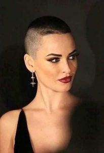 γυναικείο κοντό κούρεμα ξυρισμένο μαλλί