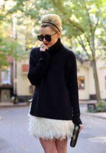 άσπρη φούστα με φτερά μαύρο πουλόβερ