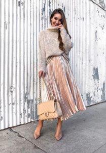 ασημένια πλισέ φούστα και μάλλινο πουλόβερ