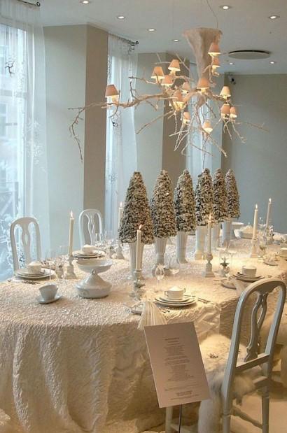 άσπρο τραπέζι διακοσμημένο