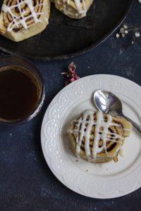 cinamon roll και καφές